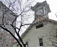Schneien Sie auf Baum am hölzernen Glockenturm in Sapporo-Stadt Lizenzfreies Stockfoto