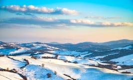 Schneien Sie in Toskana, Radicondoli-Dorf, Winterpanorama Siena, es lizenzfreie stockfotos