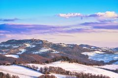 Schneien Sie in Toskana, Radicondoli-Dorf, Winterpanorama Siena, Italien lizenzfreie stockbilder