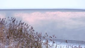Schneit schöne gefrorenes Eis See des Winters Landschaft und die Reflexion auf dem Wasser stock footage