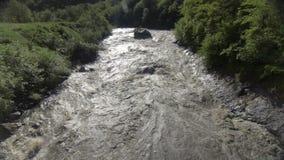 Schnell fließender unten geschwollener Gebirgsfluss des Hochwassers in Georgia stock footage