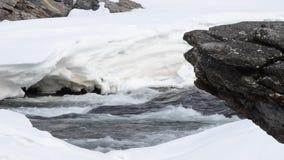 Schnell fließender Wasserfall im Frühjahr mit Schnee- und Schmelzwasser, maalselv Grafschaft stock video footage
