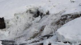 Schnell fließender Wasserfall im Frühjahr mit Schnee- und Schmelzwasser, maalselv Grafschaft stock footage