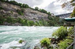 Schnell fließendes Wasser in Niagara Falls Lizenzfreie Stockfotografie