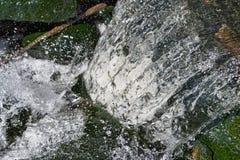 Schnell fließendes Wasser von einem Abzugskanal Lizenzfreie Stockfotografie