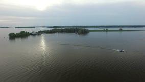 Schnellboot-Antriebe auf breitem Fluss bei bewölktem Sonnenuntergang stock video