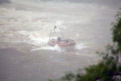 Schnellboot auf dem Iguazu-Fluss bei den Iguaçu-Wasserfälle, Ansicht von der Argentinien-Seite lizenzfreies stockbild