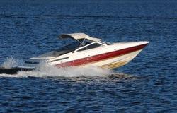 Schnellboot auf einem See Lizenzfreies Stockbild
