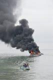 Schnellboot auf Feuer in Tarakan, Indonesien Stockbild