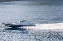 Schnellboot fliegt über das Wasser Stockbilder