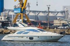 Schnellboot im Hafen Stockfotos