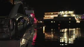 Schnellboot im Hafen nachts auf Meereswellen stock video footage