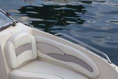 Schnellboot im Jachthafen und in den Regentropfen stockbilder