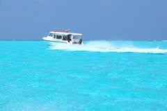 Schnellboot im Malediven-Meer lizenzfreies stockfoto
