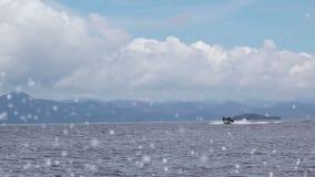 Schnellboot im Meer und spritzt Langsame Bewegung stock video footage