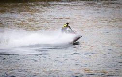 Schnellboot-Kreuzfahrten entlang dem Fluss stockfotos