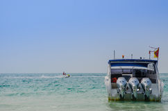 Schnellboot mit blauem Himmel stockfoto