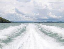 Schnellboot mit voller Geschwindigkeit Stockfotos