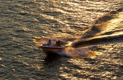 Schnellboot am Sonnenuntergang Lizenzfreies Stockbild