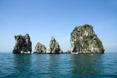 Schnellboot- und Kalksteinzutageliegen, Krabi, Thailand stockbild