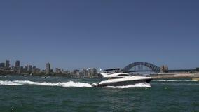 Schnellboot und kleines Wasser fährt das Überschreiten vorbei vor der Hafenbrücke mit einem Taxi stock video