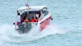 Schnellbootabfahrt von Rawai-Pier stock video