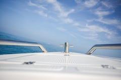Schnellbootbogen beim Segeln in den blauen Ozean Stockbild