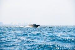 Schnellbootfahrt Ozeanmeereswellenin der tagessommer-Hintergrundstadt stockbilder