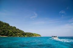 Schnellbootsegeln mit klarem Himmel und Meer in Tachai-Insel, Thailand Lizenzfreie Stockfotografie