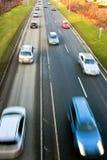 Schnelle antreibende Autos auf Straße Stockfoto