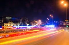 Schnelle Autos auf der Nachtstraße Stockbild