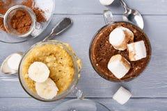 Schnelle Bananen- und Schokoladenbecherkuchen lizenzfreie stockfotografie