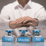 Schnelle Beschlussfassung und Unentschlossenheits-Konzept Ja kein und möglicherweise Stockbild