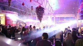 Schnelle Bewegung, Menge von Leuten an neues Jahr ` s Ereignis mit dem Weihnachtsbaum, der an der Decke hängt stock video