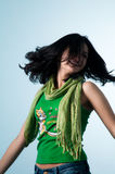 Schnelle Bewegungen des Mädchens ihr Haar in der Freude Lizenzfreie Stockfotos