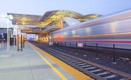 Schnelle Durchfahrt-Station und Nahverkehrszug Lizenzfreie Stockfotos