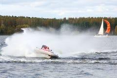 Schnelle Flöße des Mannes am Motorboot auf Fluss Lizenzfreie Stockbilder