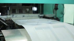 Schnelle Produktion von Plastikbehältern innerhalb der Anlage für Lebensmittelspeicher stock footage