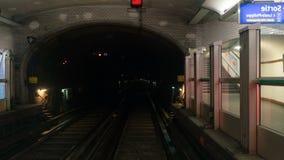 Schnelle Zeitspanneansicht von der Zugkabine im Tunnel stock footage