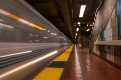 Schneller überschreitener Untergrundbahnwagen lizenzfreie stockfotos