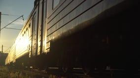 Schneller Betrieb des Personenzugs zum Sonnenuntergang stock footage