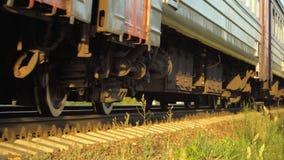 Schneller Betrieb des Personenzugs zum Sonnenuntergang stock video footage