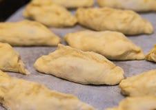 Schneller Biss des selbst gemachten rohen Pastetchenmarmeladen-Apfels, backende Nahaufnahme auf einem Hintergrund stockfotos