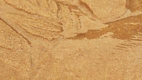 Schneller des Sandbetts des Stromes des flüssigen Wassers in fine tragender Sand entlang, verschiedene Muster schaffend Makro stock video footage