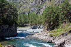 Schneller Fluss in den Hügeln Stockbild