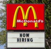 Schneller Fuß McDonald'ss Zeichen und Logo jetzt anstellend Lizenzfreies Stockbild