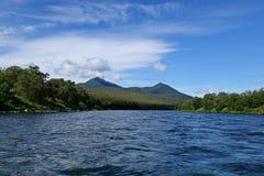 Schneller Gebirgsfluß Der Tumnin-Fluss ist der größte Fluss auf der Oststeigung der Sikhote-Alinstrecke lizenzfreies stockfoto