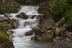 Schneller Gebirgsfluss am Sommer stockbild