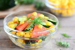 Schneller Gemüsesalat Selbst gemachter Salat kochte von den frischen Gurken, Tomaten und konservierte Mais in Büchsen und schmück lizenzfreie stockfotografie