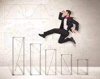 Schneller Geschäftsmann, der an Hand herauf gezeichnete Diagramme springt Stockfoto